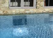 Окно из подвала дома выходит в бассейн