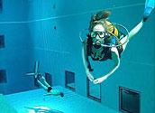 Иллюминаторы для дайвинга в общественном бассейне