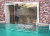 Иллюминатор бассейна в стене дома