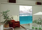 Окно дома граничит с прозрачным бассейном