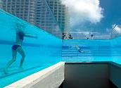 Высотный бассейн с прозрачными стенами