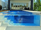Бассейн со встроенным в лестницу стеклом