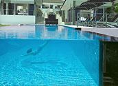 Переливной прозрачный бассейн