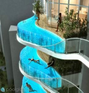 Бесконечный бассейн со стеклянными стенками на балконе небоскреба.